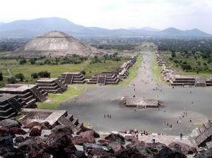 strasse der toten in teotihuacan